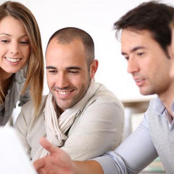 Quatre employes consultent leurs soldes de DIF