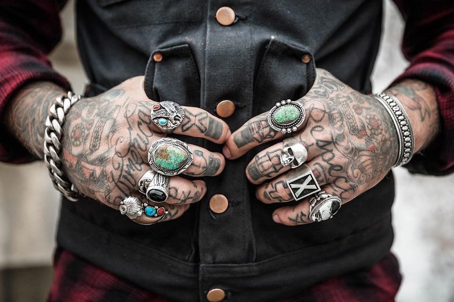 tatouage au travail : quels droits ?